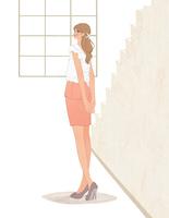 後ろで手を組んで立つOLの女の子 10402000302| 写真素材・ストックフォト・画像・イラスト素材|アマナイメージズ