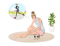 ジョギングのあと床に座り脚のオイルマッサージをする女性 10402000348| 写真素材・ストックフォト・画像・イラスト素材|アマナイメージズ