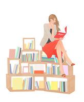 本棚の上に腰掛け本を読む女性