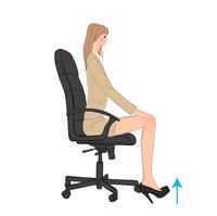 オフィスで椅子に座り足首を上げる運動をする女性