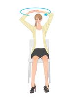オフィスで椅子に座り両手を組んで回す運動をする女性 10402000400| 写真素材・ストックフォト・画像・イラスト素材|アマナイメージズ