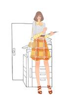 会社でコピー機の前に立ちタブレット端末を使う女性