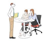 会社で打ち合わせする女性と上司の男性