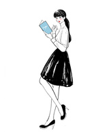 本とペンを持って立つ女性