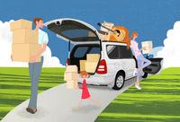 引っ越しで車から荷物を運ぶ家族