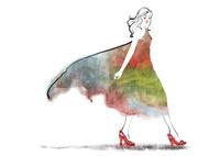 ドレスを着て歩くハイヒールの女性