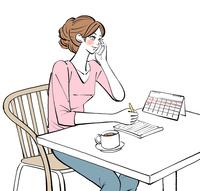 カレンダーを見てメモを取りながら携帯電話で話す女性 10402000558| 写真素材・ストックフォト・画像・イラスト素材|アマナイメージズ