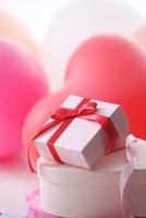 ハートの風船とプレゼント
