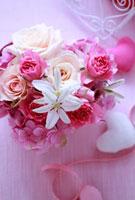 ピンクのハートの箱のフラワーアレンジ 10405000057| 写真素材・ストックフォト・画像・イラスト素材|アマナイメージズ
