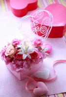 ピンクのハートの箱のフラワーアレンジ 10405000058| 写真素材・ストックフォト・画像・イラスト素材|アマナイメージズ