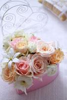 ピンクのハートの箱のフラワーアレンジ 10405000059| 写真素材・ストックフォト・画像・イラスト素材|アマナイメージズ