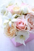 ピンクのハートの箱のフラワーアレンジ 10405000064| 写真素材・ストックフォト・画像・イラスト素材|アマナイメージズ