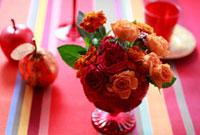 赤色バラのフラワーアレンジ 10405000072| 写真素材・ストックフォト・画像・イラスト素材|アマナイメージズ