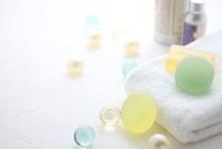 タオルと石鹸とバスキューブとボディパウダー 10405000143| 写真素材・ストックフォト・画像・イラスト素材|アマナイメージズ