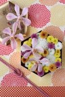 和柄の背景と六角形の器にマムとモカラのアレンジ 10405000216| 写真素材・ストックフォト・画像・イラスト素材|アマナイメージズ