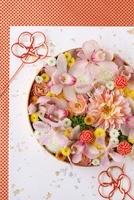 丸器に和花を敷き詰めた和のアレンジ 10405000227| 写真素材・ストックフォト・画像・イラスト素材|アマナイメージズ