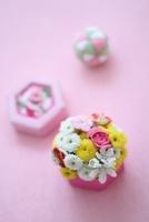 和箱の和花アレンジと和グッズ 10405000235| 写真素材・ストックフォト・画像・イラスト素材|アマナイメージズ