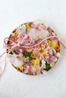 丸器に和花を敷き詰めた和のアレンジ 10405000238| 写真素材・ストックフォト・画像・イラスト素材|アマナイメージズ