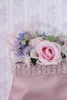 ピンクの背景とピンクのバッグに生花アレンジ 10405000254| 写真素材・ストックフォト・画像・イラスト素材|アマナイメージズ