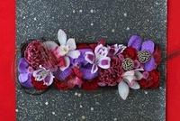 黒の横長皿に花と水引のアレンジ 10405000278| 写真素材・ストックフォト・画像・イラスト素材|アマナイメージズ