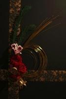 黒い紙と和紙のクロスラインを背景に松とバラと水引 10405000286| 写真素材・ストックフォト・画像・イラスト素材|アマナイメージズ