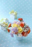 水色の背景とバラメインの生花アレンジ 10405000308| 写真素材・ストックフォト・画像・イラスト素材|アマナイメージズ