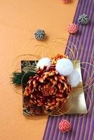 オレンジとストライプの背景と皿にマムのアレンジ 10405000324| 写真素材・ストックフォト・画像・イラスト素材|アマナイメージズ