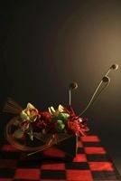 黒い背景に赤と黒の格子の敷物の上に和のアレンジ 10405000364| 写真素材・ストックフォト・画像・イラスト素材|アマナイメージズ
