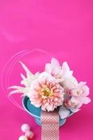 水色皿の上にダリアとシンビとアスチルベの和アレンジ 10405000386| 写真素材・ストックフォト・画像・イラスト素材|アマナイメージズ