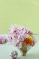 和器にシンビ,マム,バラ,水引のアレンジと毬と桜 10405000395| 写真素材・ストックフォト・画像・イラスト素材|アマナイメージズ