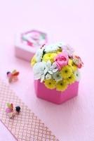 和箱の和花アレンジと和グッズ 10405000403| 写真素材・ストックフォト・画像・イラスト素材|アマナイメージズ