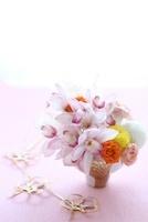 シンビ,マム,アスチルベ,バラアレンジと水引 10405000405| 写真素材・ストックフォト・画像・イラスト素材|アマナイメージズ