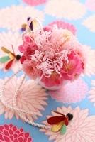 和柄背景に桃とマムのプリザアレンジと和グッズ 10405000430| 写真素材・ストックフォト・画像・イラスト素材|アマナイメージズ