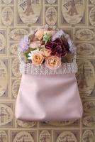 エッフェル塔柄の背景とピンクのバックに生花のアレンジ 10405000435| 写真素材・ストックフォト・画像・イラスト素材|アマナイメージズ