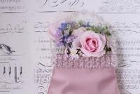 白地に黒英字の背景とピンクのバッグに生花アレンジ 10405000451| 写真素材・ストックフォト・画像・イラスト素材|アマナイメージズ