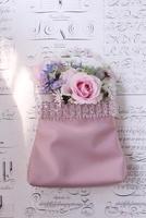 白地に黒英字の背景とピンクのバッグに生花アレンジ 10405000457| 写真素材・ストックフォト・画像・イラスト素材|アマナイメージズ