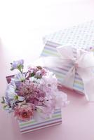 ボックスに花のアレンジ 10405000464| 写真素材・ストックフォト・画像・イラスト素材|アマナイメージズ