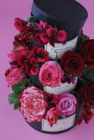 赤、ピンクのバラと赤いゼラニウムの黒いボックスの3段アレンジ 10405000557| 写真素材・ストックフォト・画像・イラスト素材|アマナイメージズ