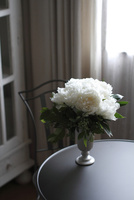 テーブルの上の芍薬とブルーベリーのアレンジメント 10405000731| 写真素材・ストックフォト・画像・イラスト素材|アマナイメージズ