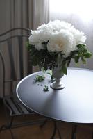 テーブルの上の芍薬とブルーベリーのアレンジメント 10405000734| 写真素材・ストックフォト・画像・イラスト素材|アマナイメージズ