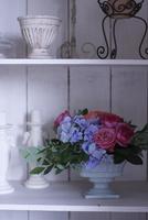 棚に飾られたバラとアジサイのアレンジメント 10405000737| 写真素材・ストックフォト・画像・イラスト素材|アマナイメージズ
