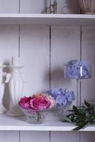 棚に飾られた、ガラスの器にいけたバラとアジサイ 10405000738| 写真素材・ストックフォト・画像・イラスト素材|アマナイメージズ