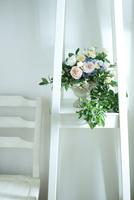 棚の上のバラとアジサイとブルーベリーのアレンジメント 10405000742| 写真素材・ストックフォト・画像・イラスト素材|アマナイメージズ