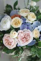 バラとアジサイとブルーベリーのアレンジメント 10405000743| 写真素材・ストックフォト・画像・イラスト素材|アマナイメージズ