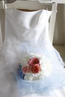 白いドレスと芍薬とバラとアジサイのブーケ 10405000745| 写真素材・ストックフォト・画像・イラスト素材|アマナイメージズ