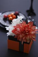 オレンジのダリアと白い蘭と紫陽花のボックスアレンジ 10405000748| 写真素材・ストックフォト・画像・イラスト素材|アマナイメージズ