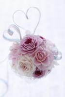 ピーチ色とピンク色のバラのハートリボンアレンジ 10405000752| 写真素材・ストックフォト・画像・イラスト素材|アマナイメージズ