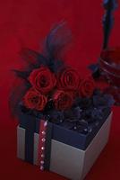 赤いバラと濃いブラウンの紫陽花のボックスアレンジ 10405000756| 写真素材・ストックフォト・画像・イラスト素材|アマナイメージズ