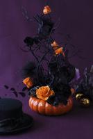 オレンジと黒のバラと黒い蔓とかぼちゃの器のハロウィンアレンジ 10405000759| 写真素材・ストックフォト・画像・イラスト素材|アマナイメージズ