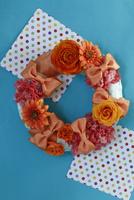 オレンジ色の花とリボンのリース 10405000790| 写真素材・ストックフォト・画像・イラスト素材|アマナイメージズ